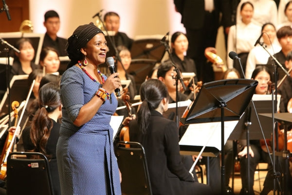 South Africa envoy Ms. Gloria Nozuko Bam singing 'A Wonderful day in Oct.' on the stage. (Courtesy: Dankook University)