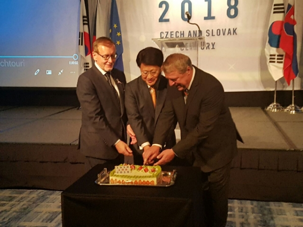 From left, Czech envoy Tomas Husak, public diplomacy Amb. Bahk Sang-hoon from MOFAT and Slovak Amb. Milan Lajciak commemorating 100th anniversary of Independent Czechslovakia.