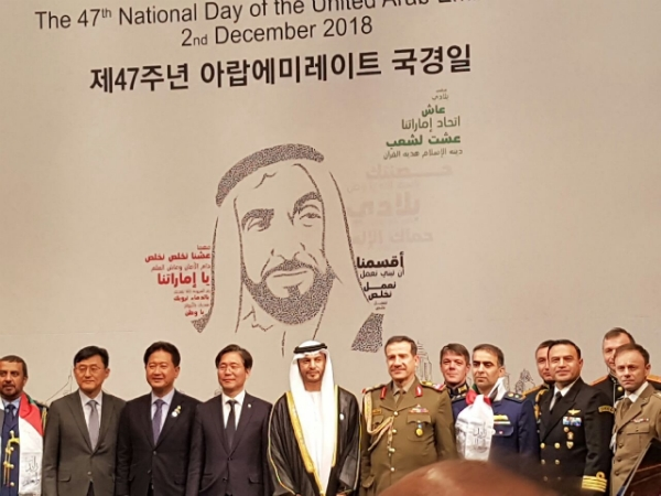 UAE Amb. Abdulla Saif correponding to a group photo with defense attaches from each Embassies in Seoul.