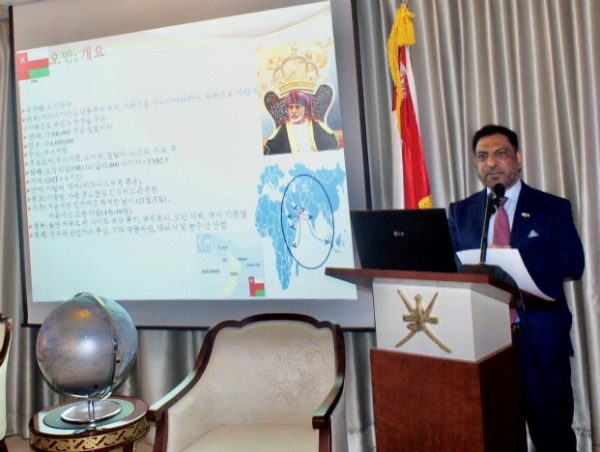 H.E. Mohamed Alharthy, dean of the Seoul Diplomatic Corps. presenting about Oman.