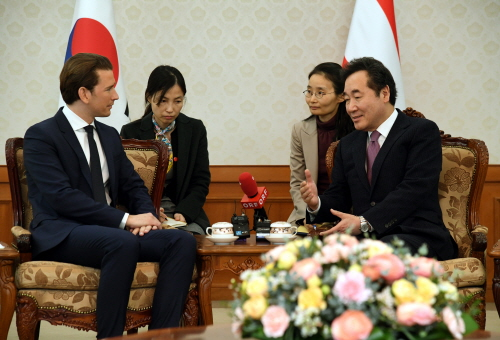 Prime Minister Lee Nak-yeon(right) sharing opinions regarding bilateral relations between Korea & Austria with Austrian Prime Minister Kurz.