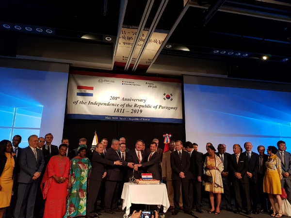 Paraguay envoy Silvero(center) marking the 208th Anniversary of the Independence of Paraguay with The Seoul Diplomatic Corps. (Courtesy: Embassy of Paraguay).