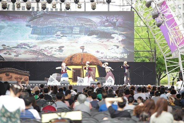 Daejeon West-District(Seo-gu) Healing Arts Festival settled down as a downtown-type as well as night-type representative arts festival on the peninsula, according to its festival organizing committee. (Courtesy: West-District Office, Daejeon)