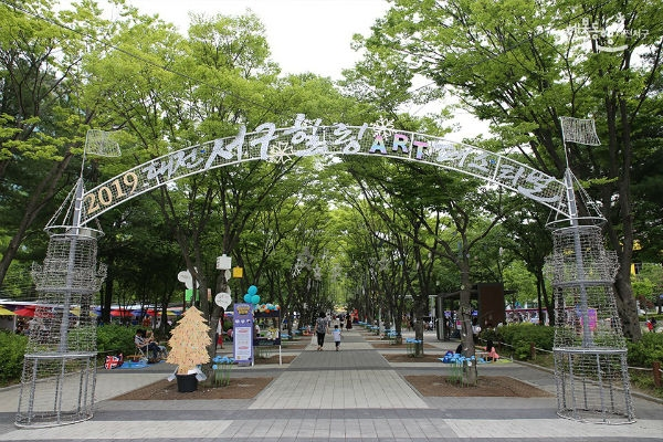 Despite of its short history, the 4th Daejeon West-District(Seo-gu) Healing Arts Festival is assessed to take roots as a representative Arts Festival on the peninsula toward the global stage, according to the West-District officials involved in the festival. (Courtesy: West-District Office, Daejeon)