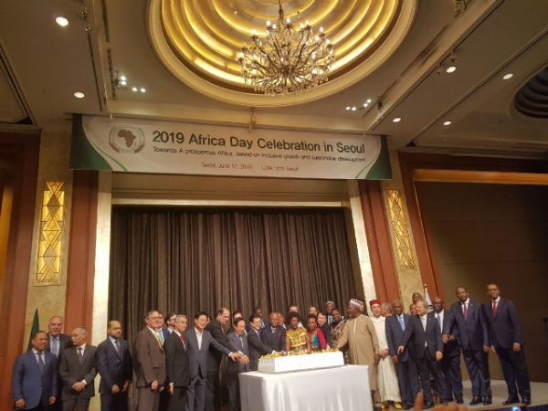 The Seoul Diplomatic Corps. congratulating the Africa Day 2019 celebration centering around Gabon Amb. Boungou(center) on the podium.