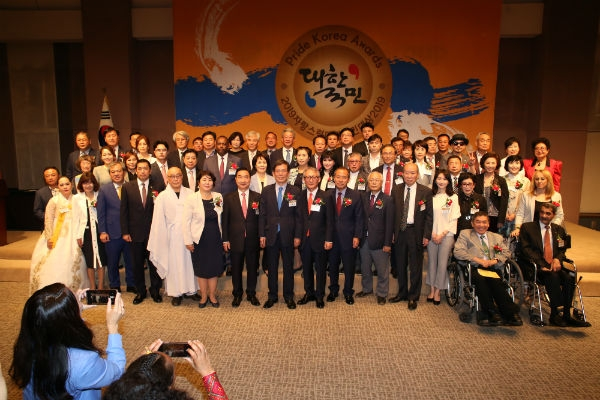 Entire group photo for all participants including 4 honorable envoys, held at the Korea Press Center to mark the 2019 Pride Korea Awards Ceremony.